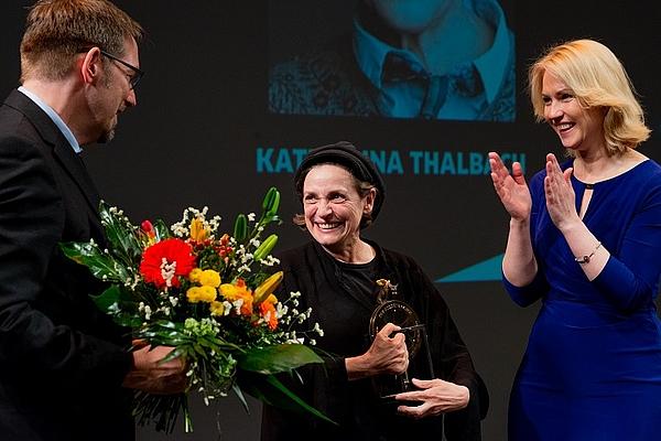 Festivalleiter Volker Kufahl, Ehrenpreisträgerin Katharina Thalbach und Ministerpräsidentin Manuela Schwesig © Jacob Waak, FILMLAND MV