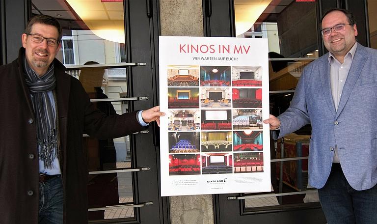 """Geschäftsführer Volker Kufahl und Projektleiter """"Strategische Kinoplanung"""", Fabian Liebenow, von der FILMLAND MV gGmbH präsentieren das Plakat."""