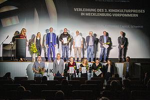 Preisverleihung des 3. Kinokulturpeises in MV am 02. September 2021: Gruppenbild der prämierten Kinobetreiber/innen